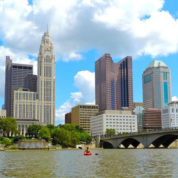 scioto_river_kayaking_columbus_ohio_skyline