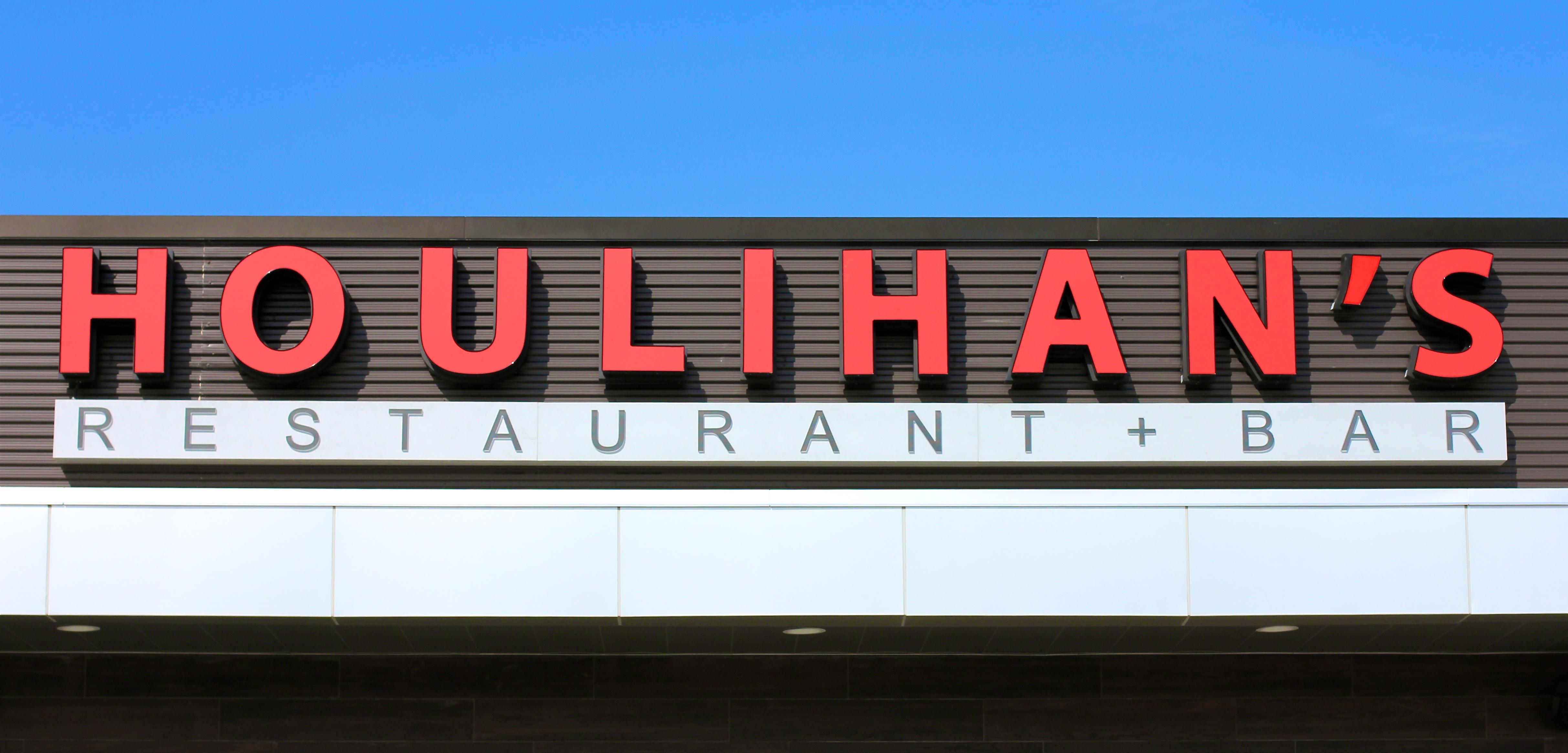 Houlihans-Upper-Arlington-Ohio-Restaurant-girl-about-columbus